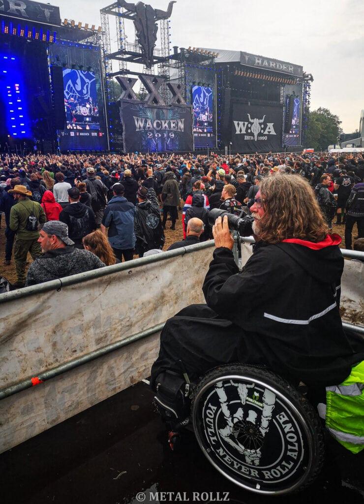 Ich stehe mit rollstuhl auf der Rollstuhlbühne vor einer Hauptbühne