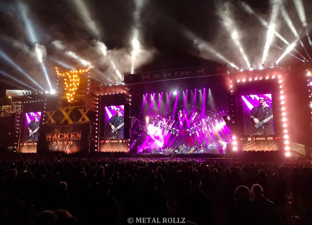 Gesamte Bühne mit lila Lichteffekten und brennenden Wackenschädel